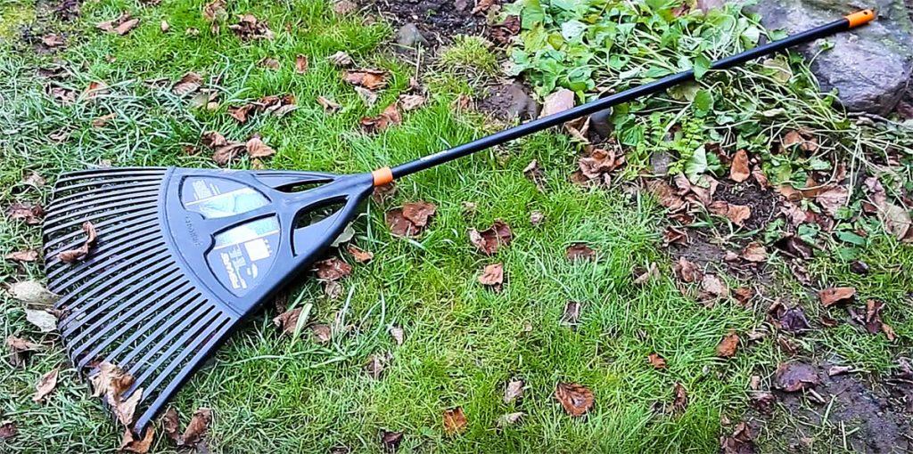 Очищение газона от листьев и мусора