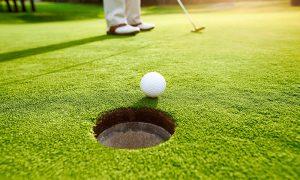 Укладка рулонного газона на поле для гольфа