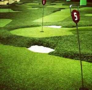 Рулонный газон укладка на поле для гольфа